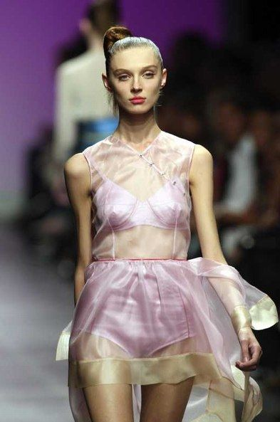 Alessandro dell'Acqua: rosa Kleid. Modewoche Mailand FS 2008  - Modewoche Mailand Prêt-à-Porter Trends Frühling/Sommer 2008  - Alessandro dell' Acqua