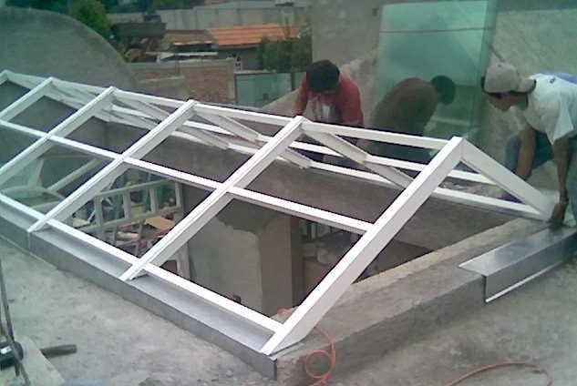 Domo dos aguas con estructura met lica y vidrio templado - Tragaluces para tejados ...