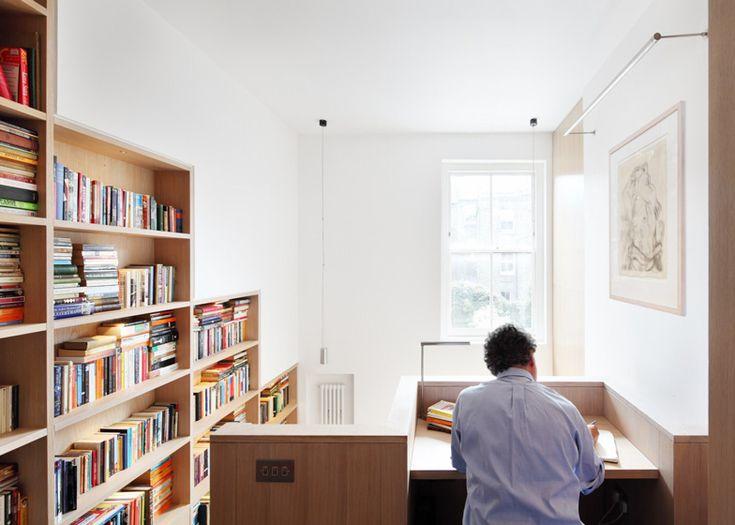 Une bibliothèque en bois au centre de la maison (6)