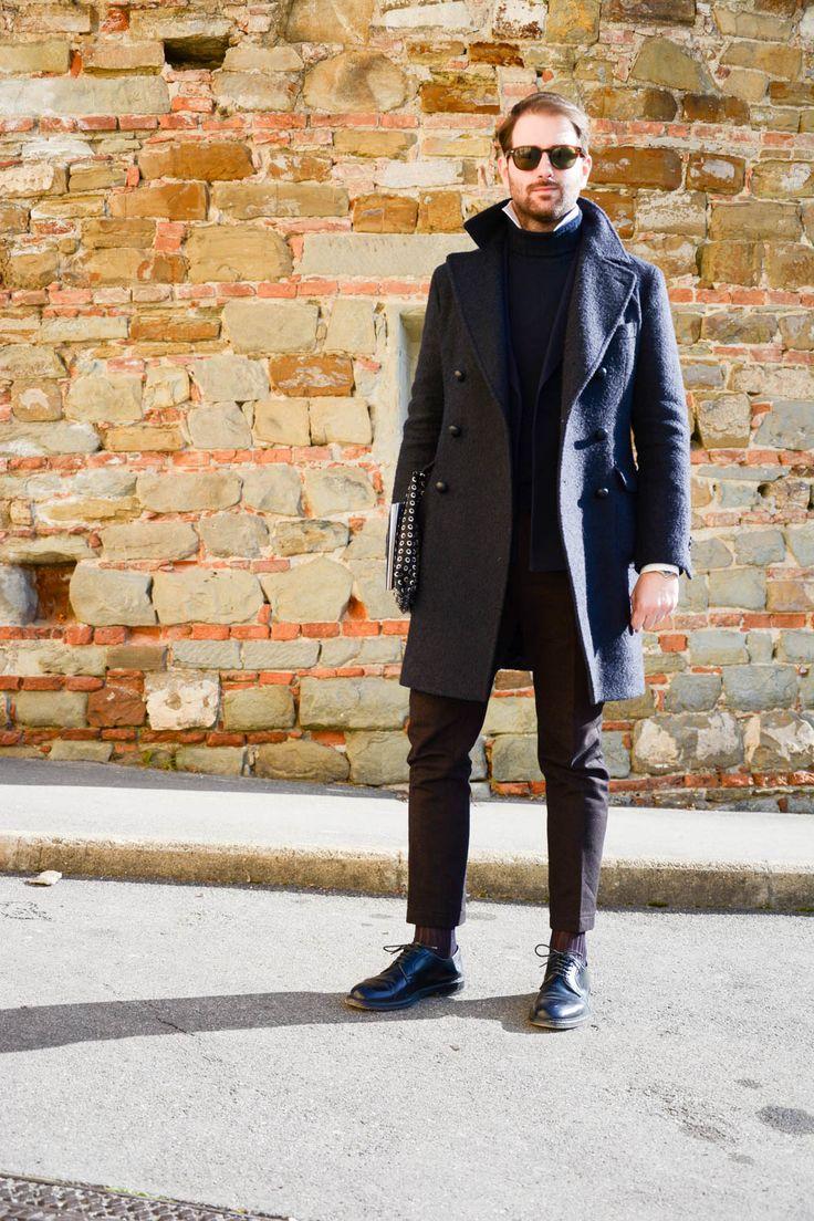 """世界の色気と個性溢れるファッショニスタが一斉に集まる世界規模のメンズファッション展示会「ピッティ ウオモ」。今回も、""""Pitti Uomo 91″にフォーカスして、注目の着こなし&アイテムを紹介! チェスターコート×ナイロンジャケットコーデ ネイビーチェスターコートにナイロンジャケットを着込んでグラデーションを表現し、スポーツテイストをプラスしたコーディネート。ストールやコットンパンツもネイビーカラーをチョイスし、統一感のあるワントーンコーデに。  MOORER(ムーレー) ウールカシミア ダウンチェスターコート HARRIS LE NAVY 1999年、イタリアはヴェローナに創業したMADE IN ITALYにこだわるアウターブランド 「MOORER (ムーレー)」。カシミヤウール生地で仕立てられたチェスターコートに、スタンドカラーの中綿入りナイロンライナーが付いたモデル。ライナーは取り外し可能なため、幅広い着こなしが期待できる。  詳細・購入はこちら ブルーチェックジャケット×ホワイトパンツスタイル ダブルブレステッドのブルーチェックテーラードジャケットに5ポケットジ..."""