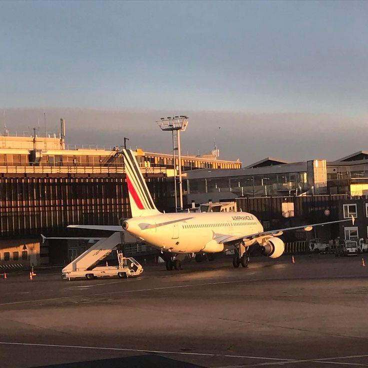 """Retour maisoooooon... il fait beau sur Paris... normal je vous l'ai dit j'essaie toujours de prendre le soleil avec moi... Mais je crois que la météo de la semaine prochaine ne sera pas top!!! Bon ce soir je serai en """"we"""" enfin il sera court avec seulement le dimanche! Qu'avez vous fait de beau? Bon samedi soir! #paris #nice #avion #airfrance #adp #soleil #sun #retourmaison"""