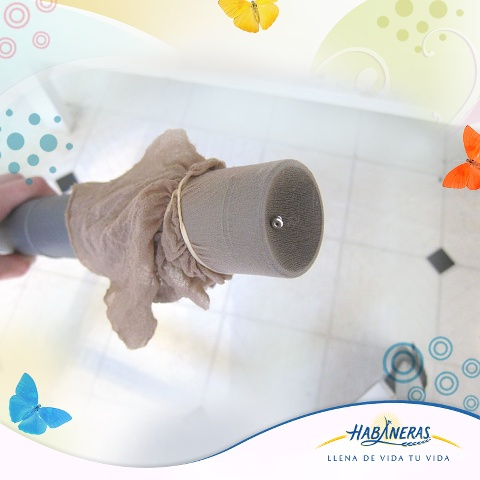 ¿Pierdes tus aretes o sus mariposas todo el tiempo? Encuéntralos fácilmente colocando una media en el tubo de la aspiradora. ¿Tienes algún otro tip para encontrar objetos perdidos? Nos encantaría escucharlo.