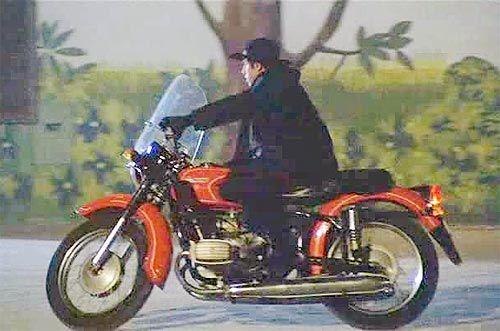 Окрім Адріано Челентано на українському мотоциклі Дніпро МТ-9 їздили й інші італійські знаменитості - Майк Бонджорно, Джонні Дореллі та інші. In addition to Adriano Ukrainian motorcycle Dnepr MT-9 went and other Italian celebrities - Mike Bongiorno, Johnny Dorelli and others.