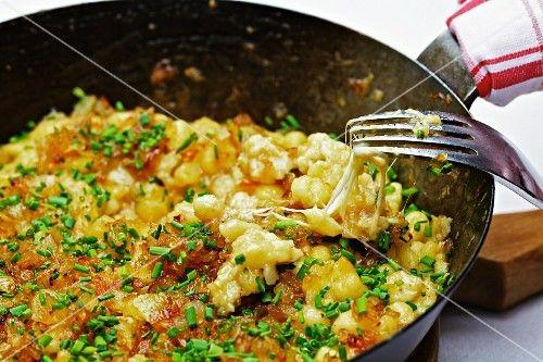 http://www.stockfood.de/bilder-fotos/11304110/Kaesespaetzle-mit-Schnittlauch-in-einer-Pfanne?q=pfannengerichte/[SFTopic-dishes]