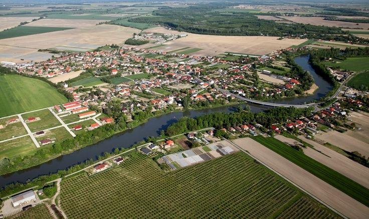A különösen szép, hangulatos partú Kis-Duna – az egykori főág, a Csalló ősfolyó utódja – két partján található a dunaszerdahelyi járás utolsó faluja, Eperjes. A település nagyobbik része a folyó bal partján, azaz Mátyusföld területén fekszik.