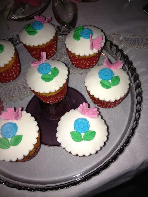 Misafirlerime muffin yapmıştım.Muffinleri daha şık sunmak isteyince şeker hamuruyla süslemeye karar verdim.Ortaya bu cupcake ler çık...