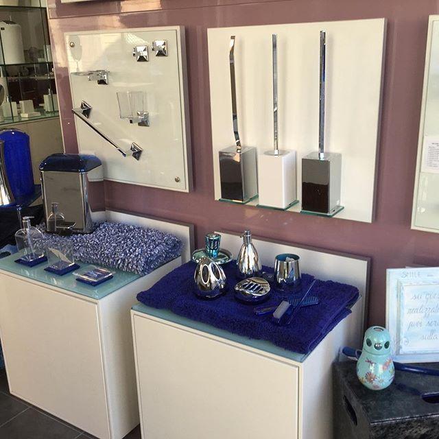 WEBSTA @ casadei.arredo.bagno.cornici - Buon lunedì...accessori per il bagno sul blu. #cattolica #italy #accessoribagno #kohinoor #tapetti #blu #bathroomdecor