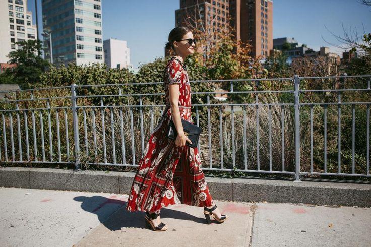 De nuevo, María Dueñas Jacobs borda un look propio de trabajo de verano, el vestido étnico, largo y de manga corta con sandalias cómodas y un recogido pulido. Foto, Alex Contell.