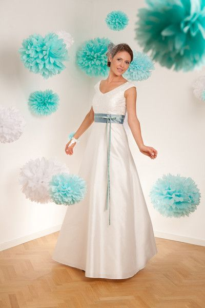 brautklied mit farbigem gürtel und schmalem band mit schleifchen (http://www.noni-mode.de) the sofia wedding dress comes with a broad v-shaped neckline front and back, a glossy top and long cut skirt.