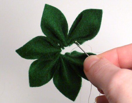 Tutorial on how to make felt poinsettias