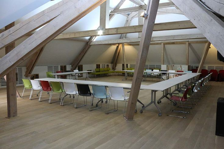 Equipped with a conference system – fixed and wireless microphones, high-tech AV system and modern modular furniture, the attic is a space that can be adapted depending on the context of the event.