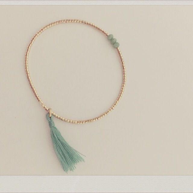 """Bracelet fin en perles de verres plaqué-or """"miyuki"""" , trio de perles coloris vert d'eau et pompon"""