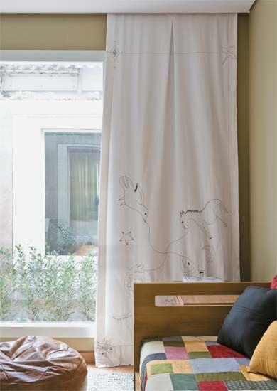 """Diversão com agulha e linha. As obras infantis de Monteiro Lobato inspiram os bordados aplicados na cortina do quarto de menino. """"Cada painel representa um livro. Este é Caçadas de Pedrinho"""", diz a arquiteta Tereza Dantas, responsável pela decoração. Como a colcha e as almofadas já são bem coloridas, ela optou por um tecido monocromático. """"Neste ambiente, a cortina funciona mesmo como uma moldura da janela."""" Onde encontrar: sarja da Casa Bonita, confecção da Casa Mineira, bordado da ONG…"""