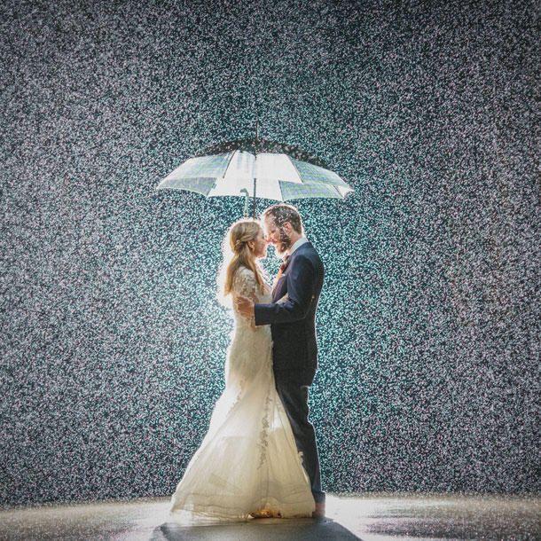 Regen Hochzeit Zum Gluck Hat Es Auf Dieser Hochzeit Geregnet Hochzeit Regen Hochzeit Hochzeitsfoto Regen Und Fotos Hochzeit