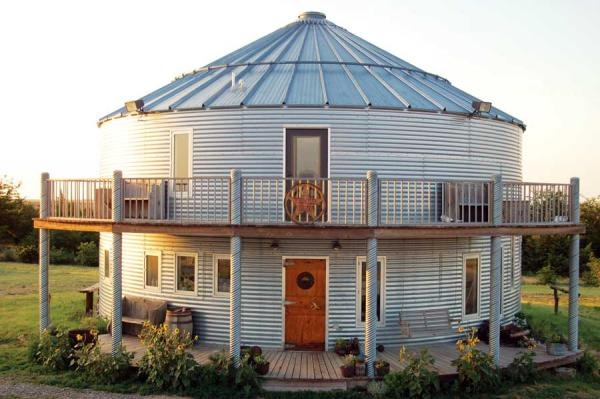 grain bin home... In Kansas, a family uses this bin as a residence, an office and a scale house (where grain trucks are weighed). Read more: http://www.motherearthnews.com/multimedia/image-gallery.aspx?id=2147489490=3#ixzz2HUh1zsRs