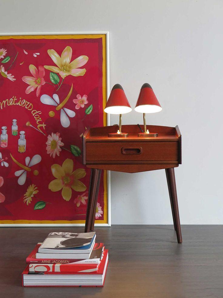 Comodino in teak produzione Danimarca, anni 50 - Coppia lampade italiane anni 50 - Quadro/Foulard in seta Rolex / 50s danish teak bedside table - 50s Italian couple of table lamps - Silk scarves Rolex / www.capperidicasa.com