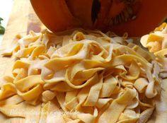 E dopo aver fatto gli Gnocchi alla Zucca,qui,non potevo non fare le Fettuccine alla Zucca!! Sono buonissime e semplicissime da fare http://blog.giallozafferano.it/rocococo/fettuccine-alla-zucca/#