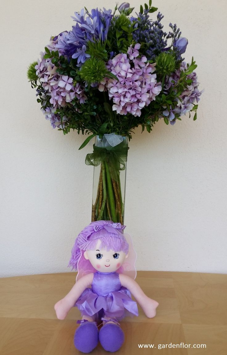 Ramo de flores naturales y mu eca en tonos lila y violeta - Arreglos de flores naturales ...