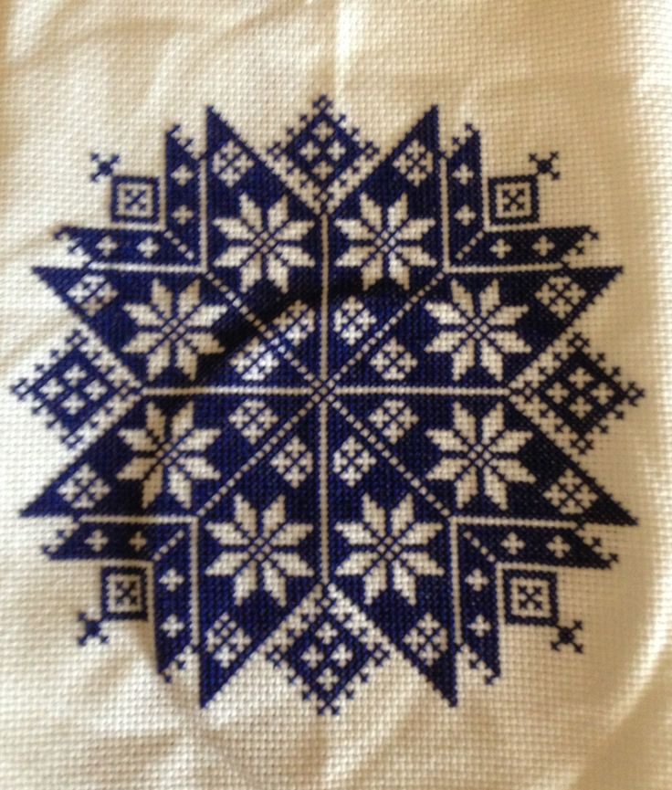 Quaker Snowflake - so fun to stitch If you want to stitch it yourself the free pattern is here: http://www.petitescroix.fr/grilles/etoile-monochrome/