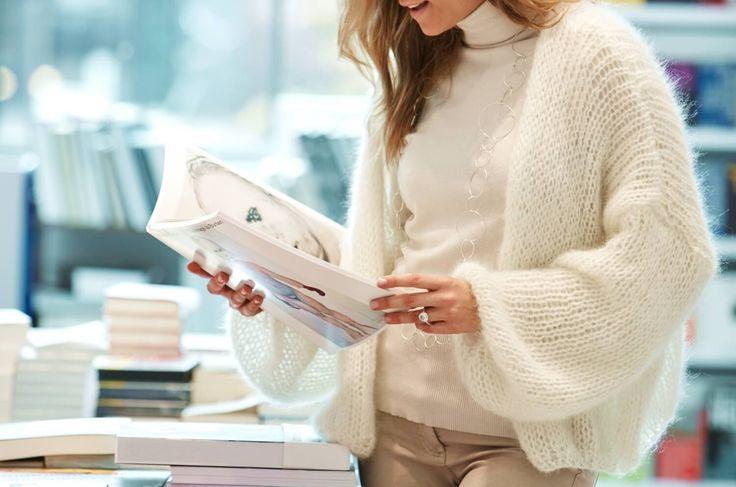 Diese oversized Kurzjacke fällt leicht und fließend über deine Schultern. Sie wird aus einem federleichten und flauschigen Lace-Garn mit Mohair gestrickt.