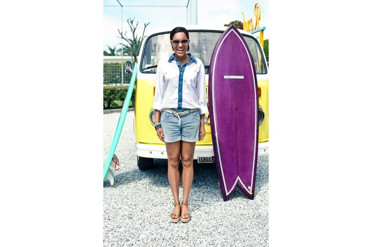 Tamu indossa camicia boyfriend in cotone Surf Shack, total look Tommy Hilfiger