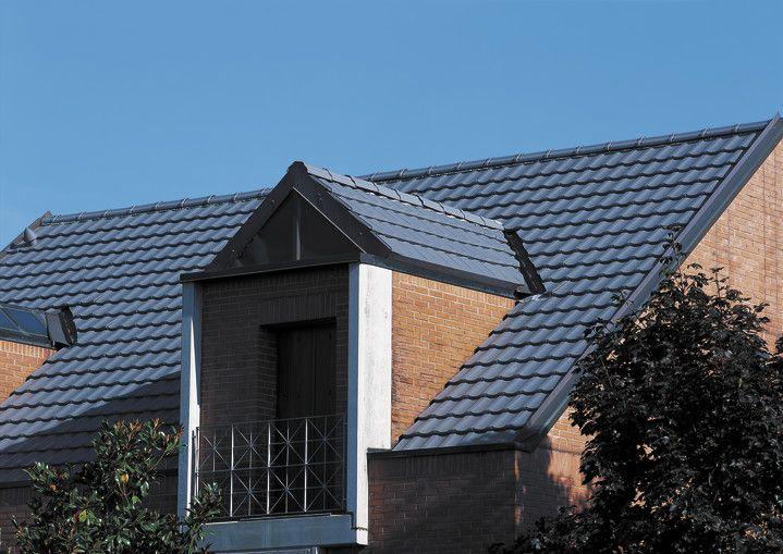 Pálená keramická škridla CREATON TERRA OPTIMA je univerzálne použiteľná reformná škridla. Jemné priehlbiny vytvárajú pokojne pôsobiacu štruktúru strechy.