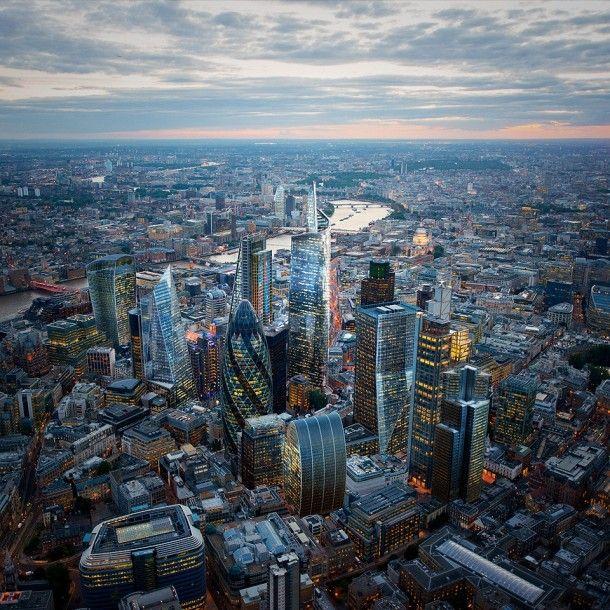 La Ciudad de Londres (en inglés City of London y, más informalmente, the City o Square Mile, debido a que su superficie es de alrededor de 1 milla cuadrada o 2,6 kilómetros cuadrados) es una pequeña área en el Gran Londres. La conurbación moderna de Londres se desarrolló alrededor de la City y la cercana ciudad de Westminster, la cual es el centro del gobierno real. La city de Londres es uno de los más importantes distritos financieros de toda Europa, junto con La Défense, en París.