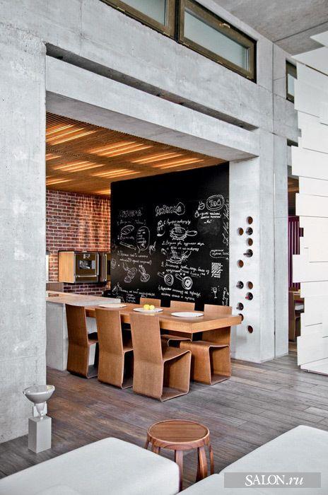 """""""Вид на кухню и столовую, совмещённые с гостиной. Стена оформлена кладкой из полнотелого кирпича. Винный шкаф устроен внутри опоры из литого бетона.  Обеденный стол, стулья, Emmemobili"""""""