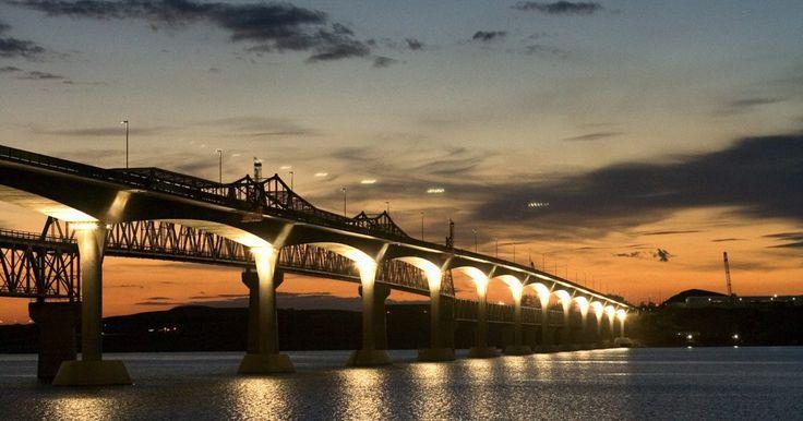 ¿Cuáles son los habilidades más importantes para un ingeniero civil?. Los ingenieros civiles planean y diseñan diferentes tipos de proyectos de construcción, incluyendo carreteras, puentes y grandes estructuras como aeropuertos. Según la Oficina de Estadísticas Laborales, había 249.120 ingenieros civiles empleados en Estados Unidos en 2010. Estos ingenieros ganaron un salario promedio de US$82.280 al año, en mayo de ...
