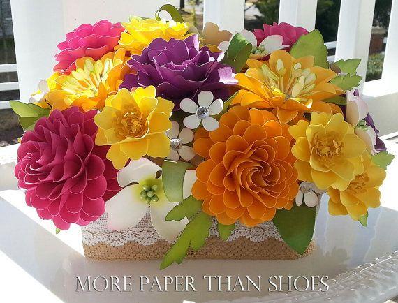 Este centro de mesa de flores de papel fabuloso se vería increíble en tus mesas en tu evento! Este arreglo se puede personalizar para que coincida con su paleta de color. Cada flor es cuidadosamente mano esculpida con mucho amor. La atención a los detalles es lo que hace esta tan bonita y trae las flores de papel a la vida.  Tenemos una amplia selección de opciones de color, póngase en contacto con nosotros para más detalles.  Este arreglo se coloca en una espuma de poliestireno de 6 x 2, el…