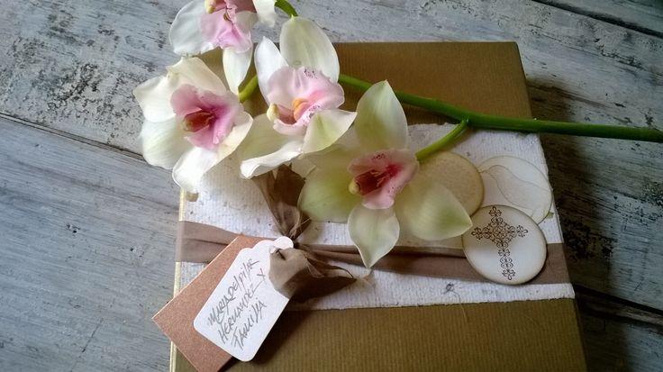 Tarjetas de Condolencia con mensaje en caligrafía con pluma, presentada en caja decorativa y bouquet de orquídeas. Diseños Marta Correa Blog: disenosmartacorrea.blogspot.com Celular: 321 643 63 84