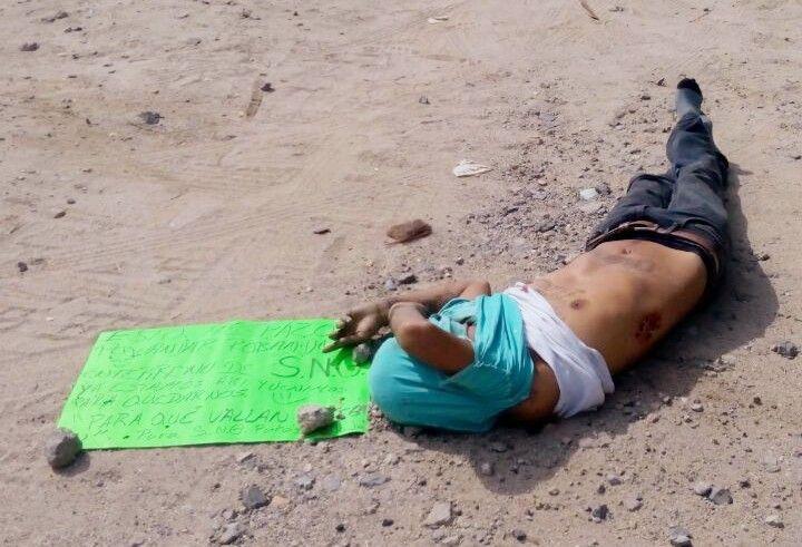 EJECUTAN A UNA PERSONA EN LA AUTOPISTA ZIHUATANEJO – LÁZARO CÁRDENAS Y LE DEJAN NARCO-MENSAJE!!!  Acapulco de Juárez Guerrero, a 29 de Noviembre de 2016.- Un hombre fue encontrado muerto a balazos a un costado de la carretera nacional Zihuatanejo-Lázaro Cárdenas, a unos metros de la parada de microbuses de la...