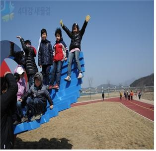 The children who are enjoying family walkathon in the Dangnangsum of Yipo reservoir [ 이포보 당낭섬 가족 걷기 대회를 즐기는 아이들 ]