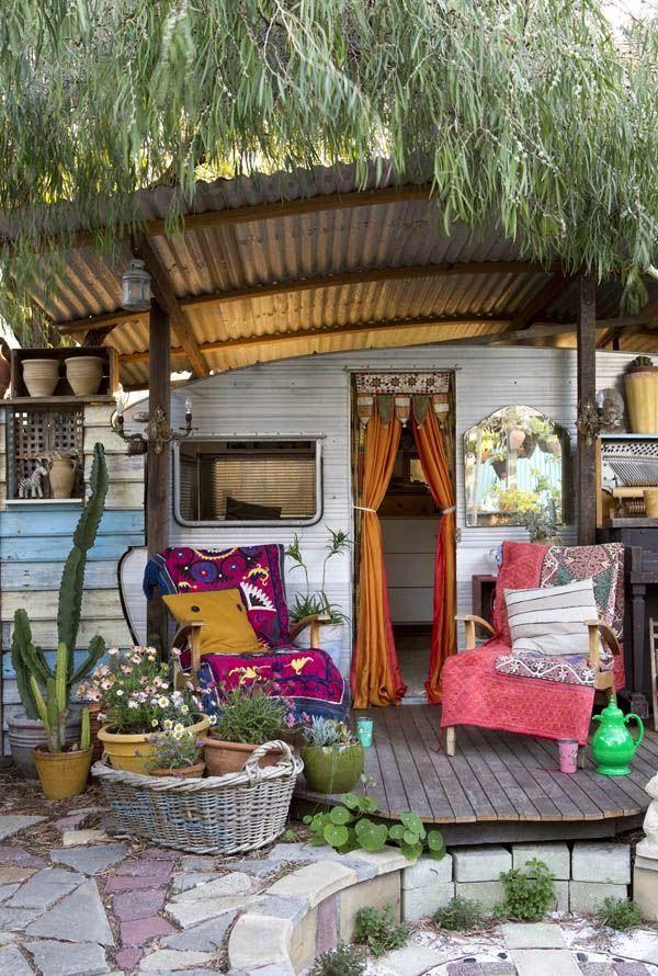 Auvent facile, terrasse et fauteuils, plantes vertes, rideaux
