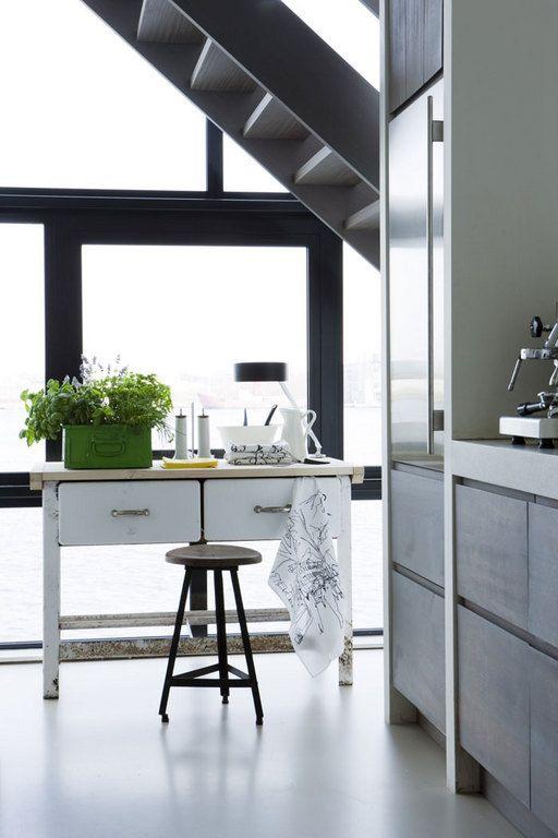 De strakke gietvloer draagt bij tot de schone uitstraling die en keuken moet hebben maar de - Keuken back bar ...