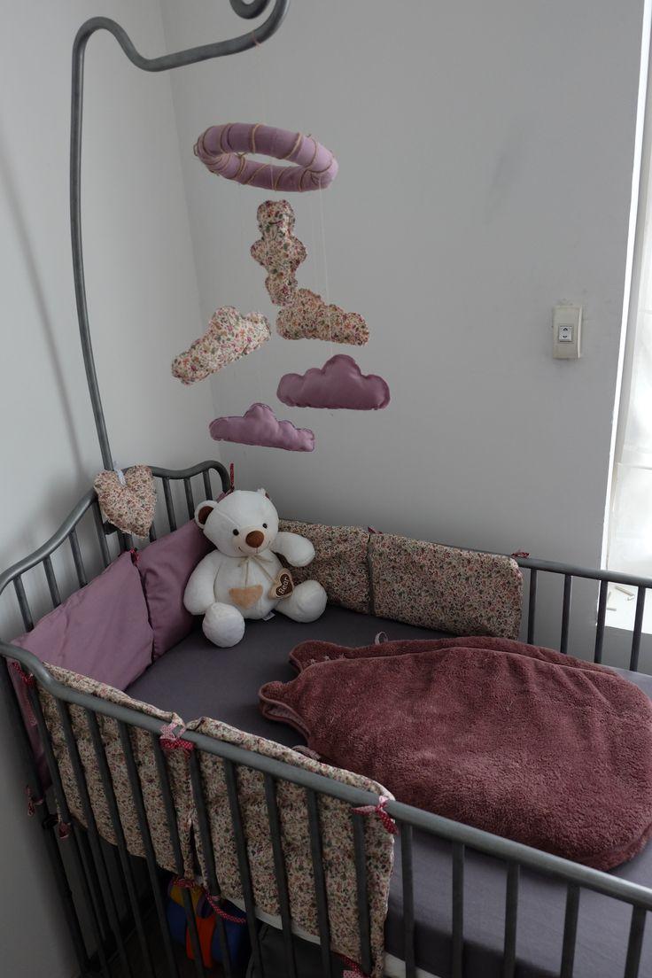 Tour de lit et mobile / fait main / fille / liberty / bébé / mauve / nuages / lit en fer gris
