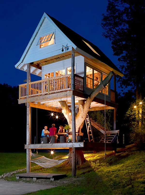 three-level-tree-house.  It is 16 feet from the peak of the vaulted ceiling down to the floor, and there are two sleeping lofts in the treehouse- one at the front……which can both be reached by sturdy wooden ladders. The design of treehouse is all about reuse and handmade.