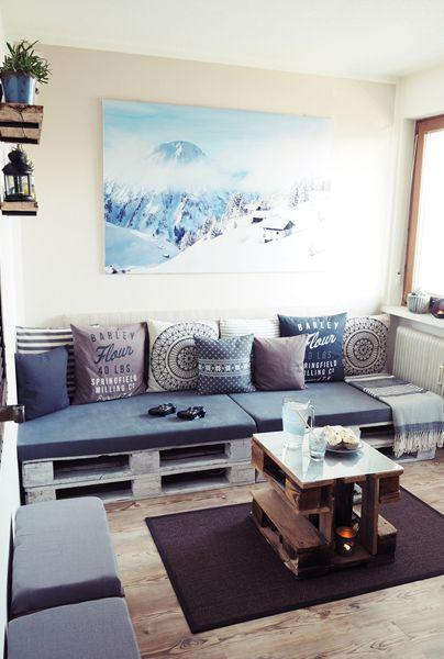 Eine Couch und Tisch aus Paletten gebaut, ein DIY von Jasmin