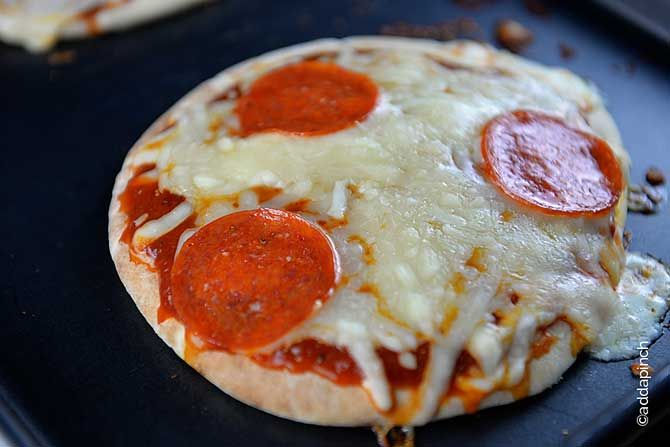 15 Minutes Pizza Recipe from addapinch.com Serves: 1 Ingredients 1 piece pita bread 2 - 3 tablespoons pizza sauce ½ cup shredded Mozzarella cheese favorite toppings Instructions Preheat oven to 450º F. Place pita bread on a baking sheet. Spread pizza sauce on top of pita bread and top with cheese and favorite toppings. Place in oven until cheese has completely melted and become a bit bubbly but not browned. Remove and slice or serve whole.