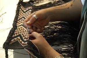 Veranoa Hetet weaving taniko, Te Papa marae, 2006.
