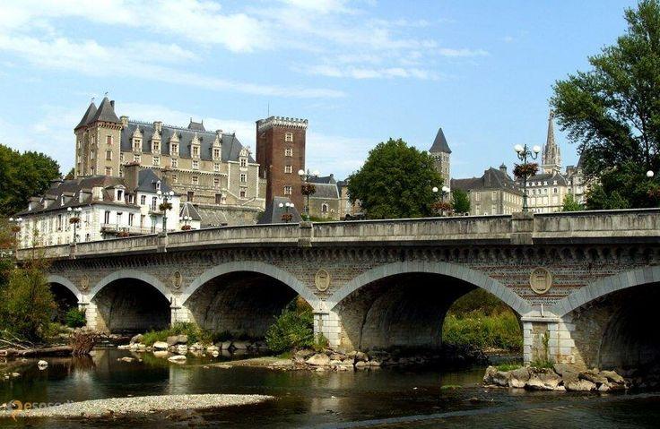 Замок По – #Франция #Аквитания (#FR_B) Замок в котором родился король Франции и Наварры Генрих IV, а сейчас там национальный музей  ↳ http://ru.esosedi.org/FR/B/1000440443/zamok_po/