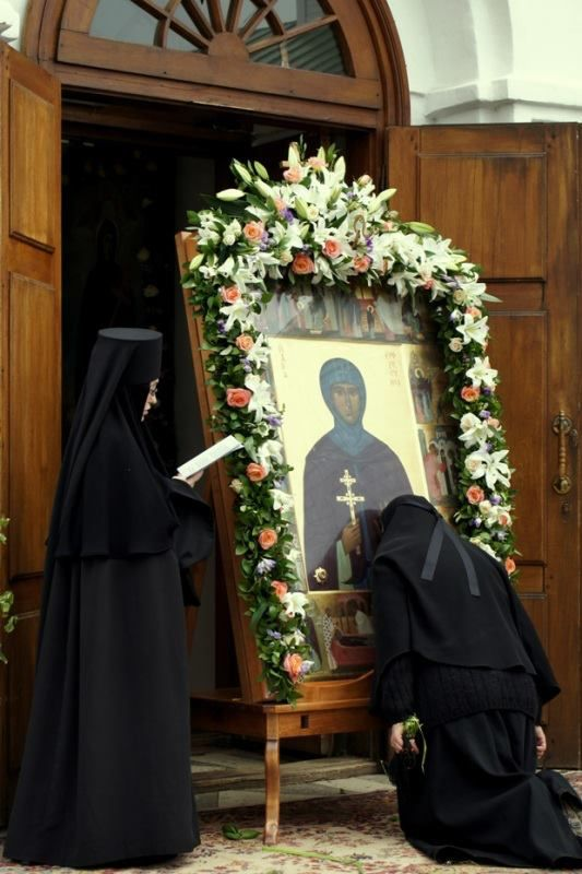 Orthodox nuns are reading the Paraklesis
