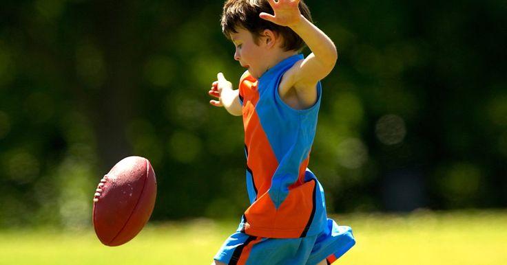 Jogos para desenvolver a habilidade motora grossa em pré-escolares. As crianças da pré-escola estão desenvolvendo e refinando suas habilidades motoras, ou ações que ajudam os músculos a mover o corpo. Em contraste com as habilidades motoras finas, que se concentram em pequenos grupos musculares, habilidades motoras grossas envolvem os músculos do corpo, tais como aqueles usados para andar, correr, jogar, chutar ...