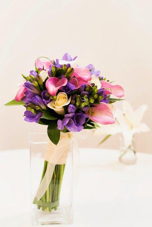 Un ramo de novia elegante e informal. Bouquet de calas, rosas y fressias #bodas #ramodenovia #bouquetdenovia