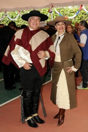 Ernesto Guerra y Lorena Morales, quienes lucen el típico traje de Huaso.
