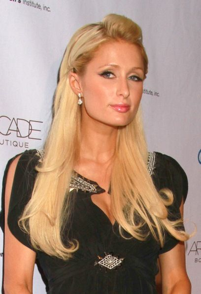 Paris Hiltons blonde, side-swept hairstyle