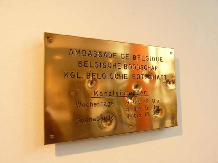 EAST-WEST - Tijdens de Tweede Wereldoorlog werd de Belgische ambassade verwoest. Na de oorlog werd Berlijn in vier bezettingszones opgedeeld en het perceel behoorde tot de Sovjet-zone. Dit door-kogels-beschoten plakkaat symboliseert die periode.
