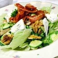 Ljummen sallad med bacon och ädelost - Tasteline.com