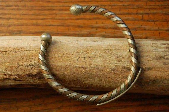 Retrouvez cet article dans ma boutique Etsy https://www.etsy.com/ca-fr/listing/256604683/bracelet-de-metal-a-deux-tons-couleur