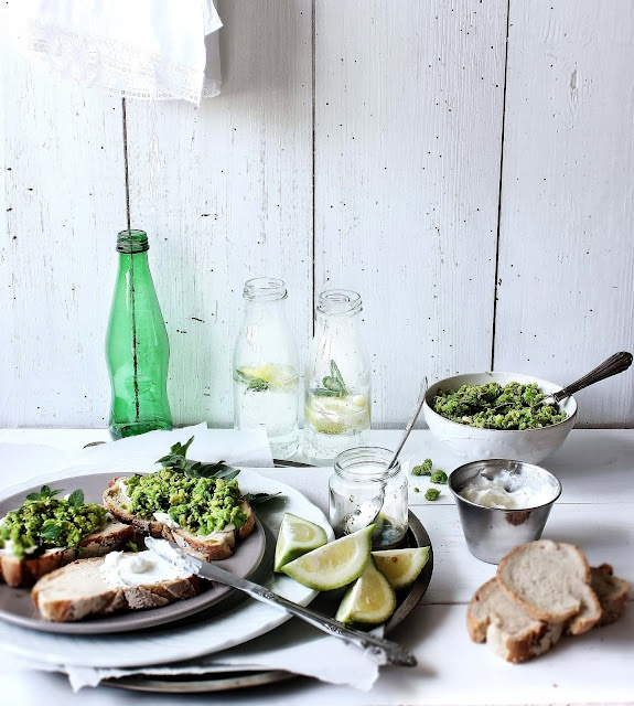 pea crOstinis with Olive Oil: Requeijão Crostini, Food Style, Pennyroy Oilv, Olives Oil, Fingers Food, Oilv Oil, De Ervilha, Crostini De, Food Photography